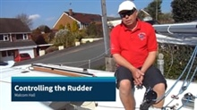 Managing the rudder to ease management of the boat